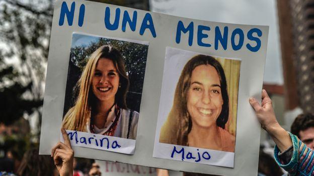 Pancartas con las fotos de Marina Menegazzo y María José Coni