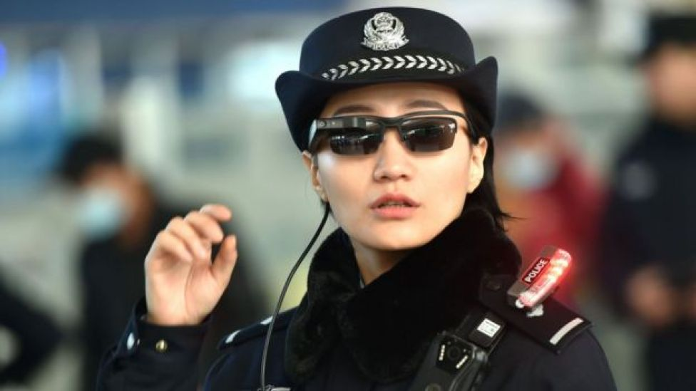 Çin'de polisler yüz tanıma sistemine entegre kameralı gözlükler kullanıyor