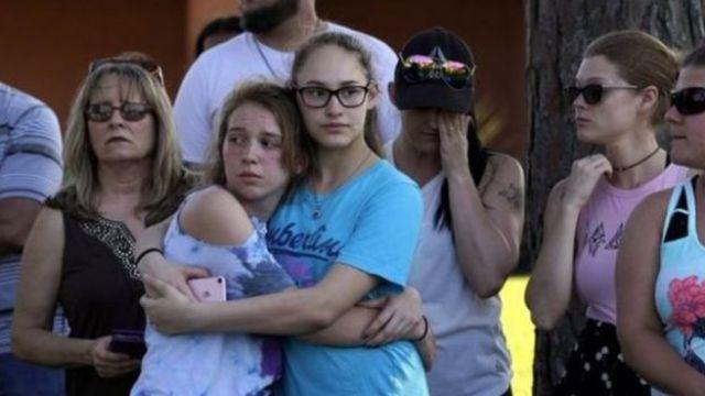 Pessoas de luto após massacre no Texas