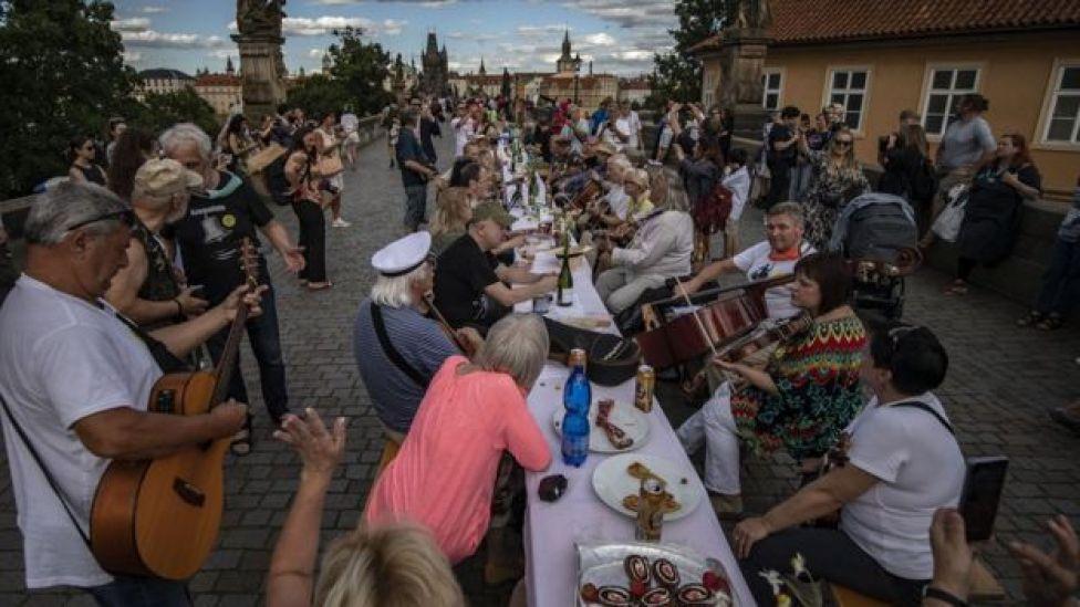 Les résidents regardent de la musique en direct pendant qu'ils participent à la célébration
