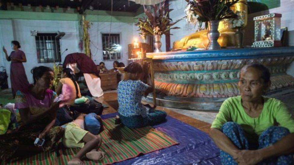ரகைன் மாகாணத்தில் உள்ள புத்த குடும்பம்