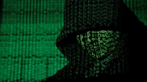 شفرة الكترونية على وجه رجل مغطى الرأس