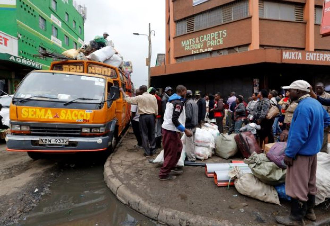 Passengers wait for buses in Nairobi to travel to rural homes ahead of next week's vote 3 August 2017