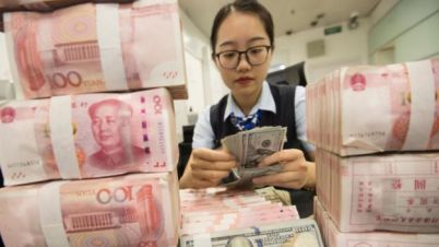 Trabajadora contando yuanes