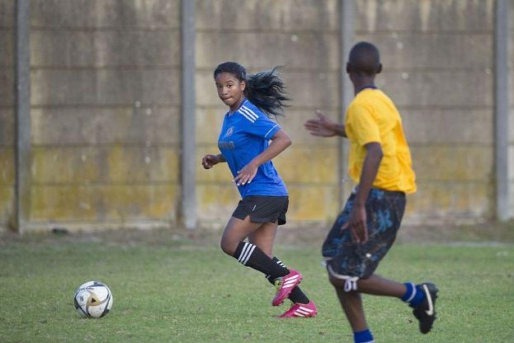 Une fille et un garçon sur un terrain de football.