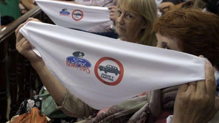 Durante el juicio, las víctimas y sus familiares mostraron los tradicionales pañuelos blancos de las Madres de Plaza de Mayo con insignias contra Ford.
