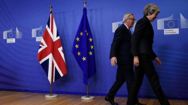 Presidente da Comissão Europeia, Jean-Claude Juncker, e Theresa May