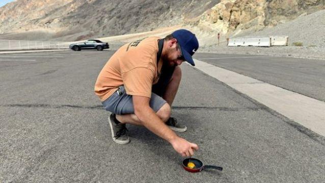 Homem frita ovo em vale