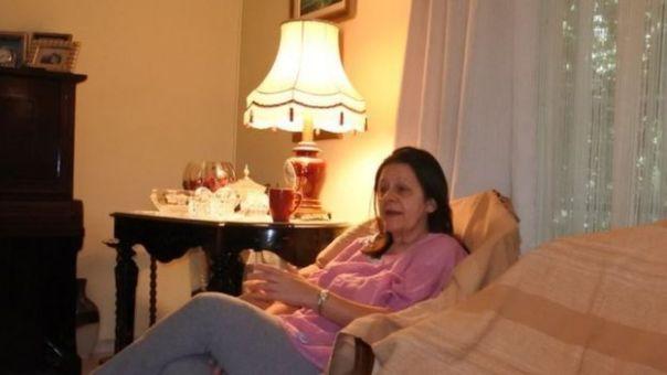 Vasiliki Iliopoulou, está sentada en un sofá.