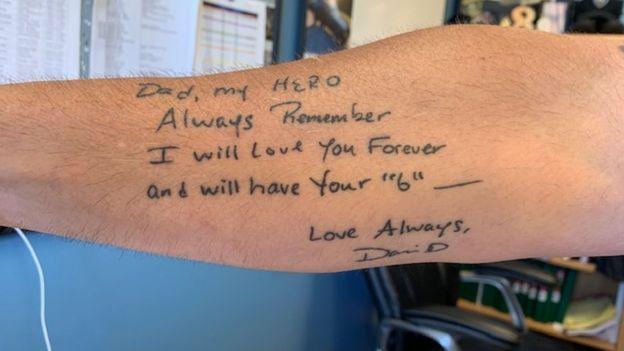 Dave Betz muestra el tatuaje que se hizo con el último mensaje que le envió su hijo.