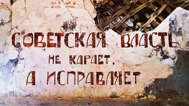 """""""O poder soviético não pune, corrige"""", diz o slogan na parede de uma velha cela de castigo de um gulag"""