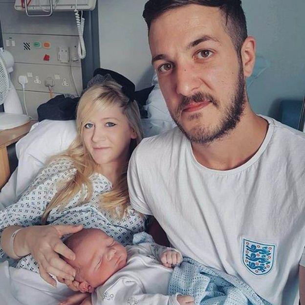 Chris Gard y Connie Yate con Charlie recién nacido