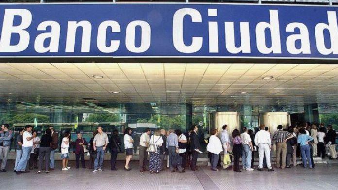 En medio de la incertidumbre y el miedo a una devaluación que echara al piso sus ahorros, los argentinos se volcaron a los cajeros en diciembre de 2001.