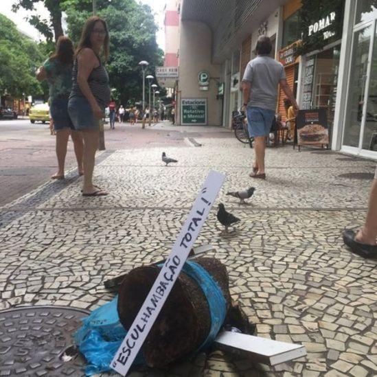 Placa em rua do Rio