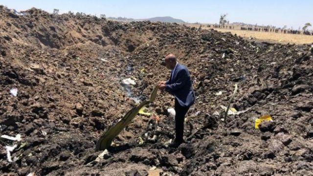 Imagem divulgada pela Ethiopian Airlines mostra o CEO da empresa, Tewolde Gebremariam, no local do acidente