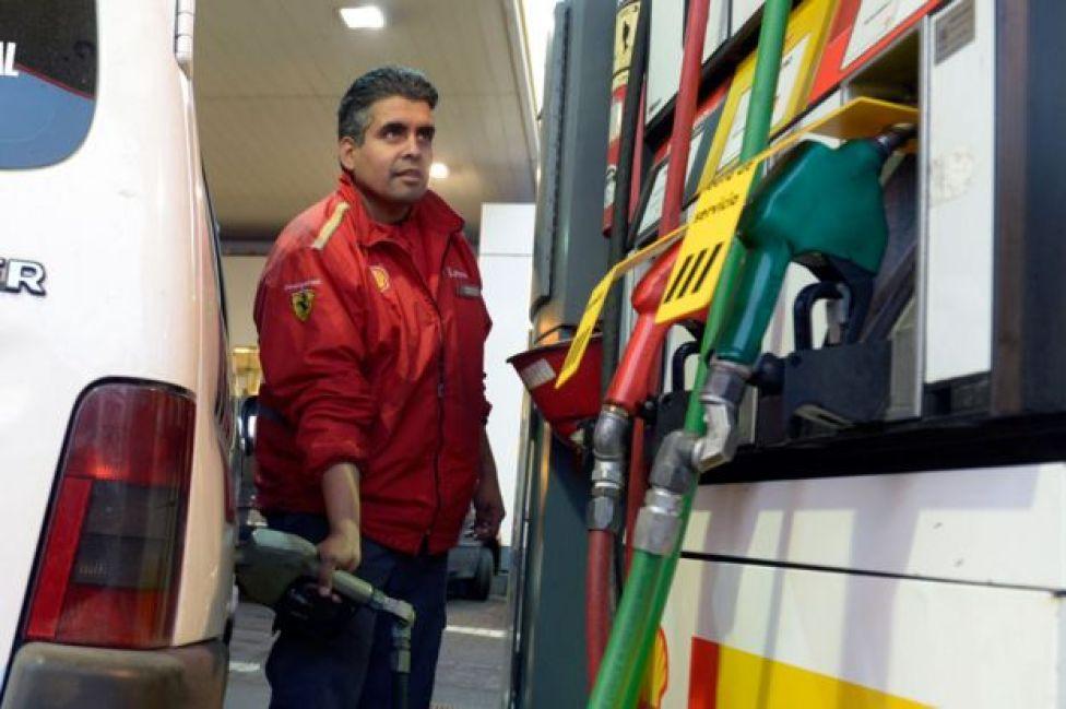 Vehículo cargando combustible en estación de servicio en Buenos Aires