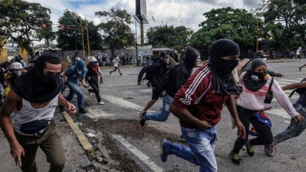 Manifestantes corriendo