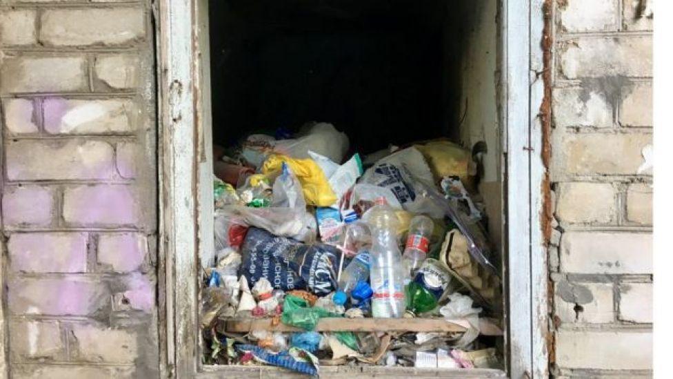 Lixo em bairro próximo ao estádio