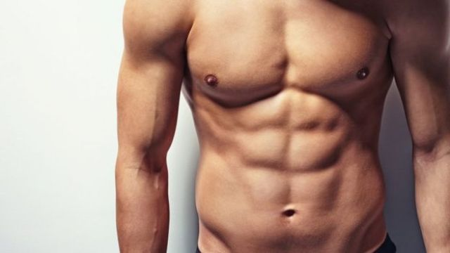 Hombre con torso desnudo.