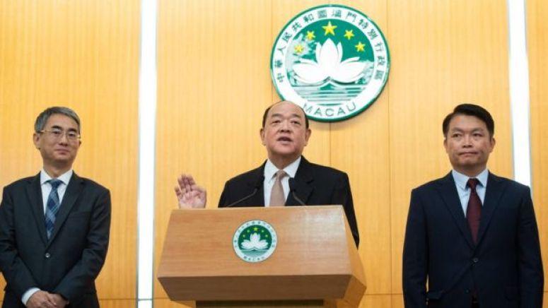 贺一诚(中)率领新一届澳门主要官员会见媒体记者(新华社图片2/12/2019)
