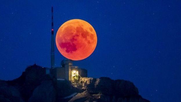 La luna vista desde los Alpes suizos