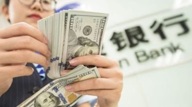 Mujer contando dólares