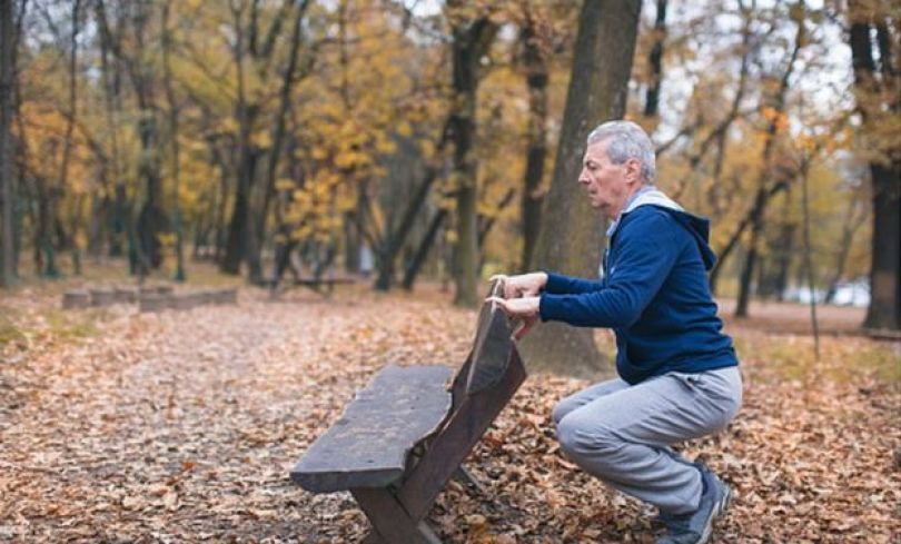 Homem idoso no parque