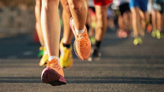Pernas de uma pessoa correndo