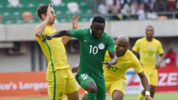 Le Nigérian Oghenekaro Etebo passant outre la défense Sud-africaine.