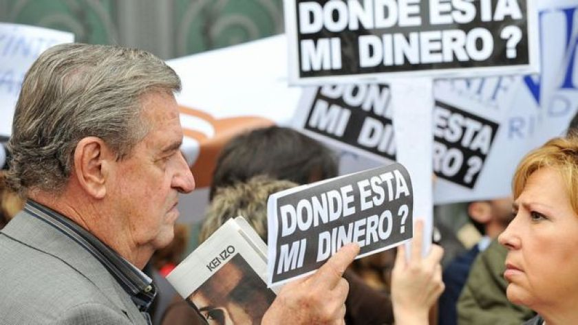 Spanish investors hold posters reading 'where is my money' to demonstrate against the Lehman Brothers' failure: October 13, 2008