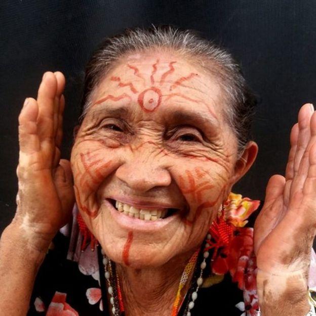 A idosa e líder indígena Bernaldina, do povo macuxi, usa pinturas tradicionais e sorri