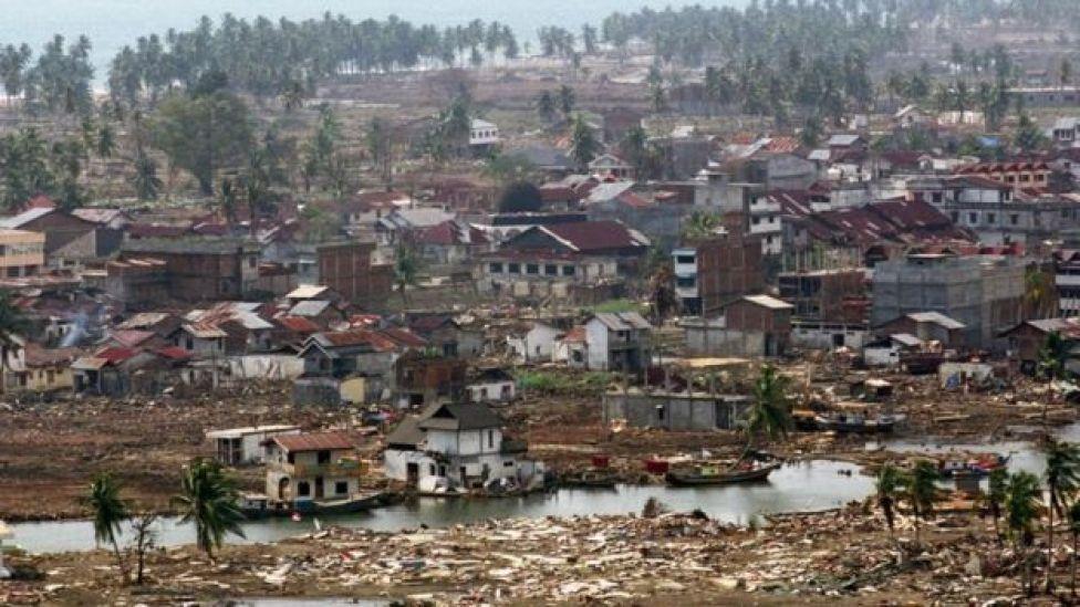 Imagen de un poblado tras el tsunami de 2004