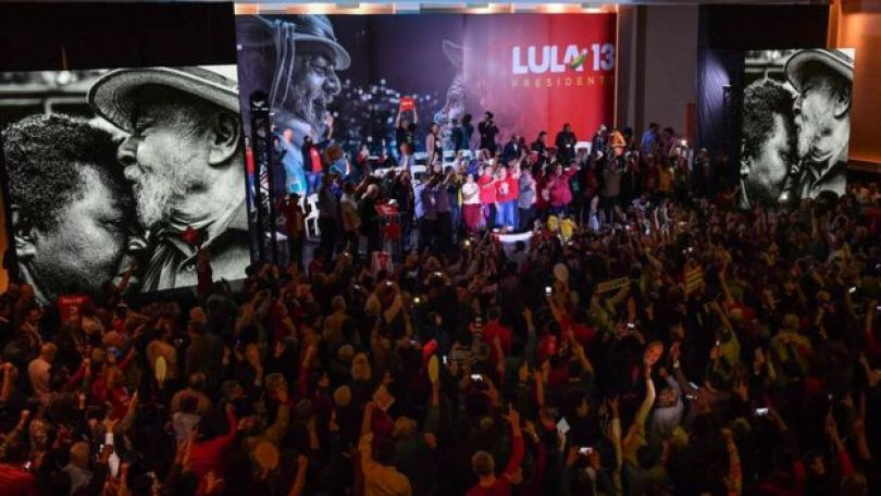 """Convenção do PT mostra imagens de Lula beijando testa de eleitor e dizeres """"Lula Presidente"""""""