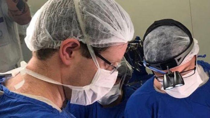 Cirujanos llevando acabo la operación