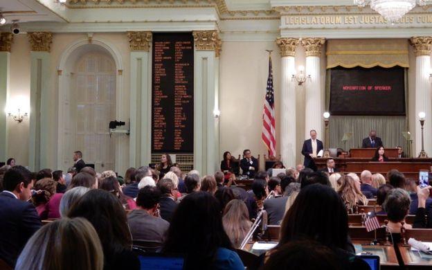 Phòng họp của hạ viện California trong lúc tuyên thệ nhận chức các dân biểu