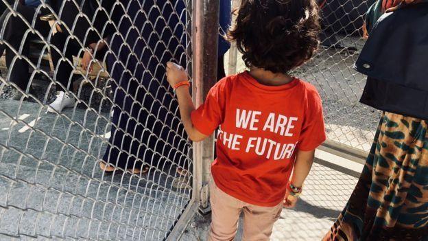 Criança com camiseta que diz: 'somos o futuro'