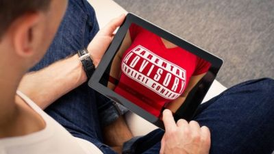 Un hombre con una tableta y un aviso de material explícito