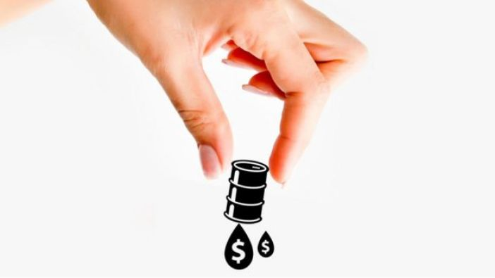 Mano de mujer agarrando un barril de petróleo con el símbolo de dólar.