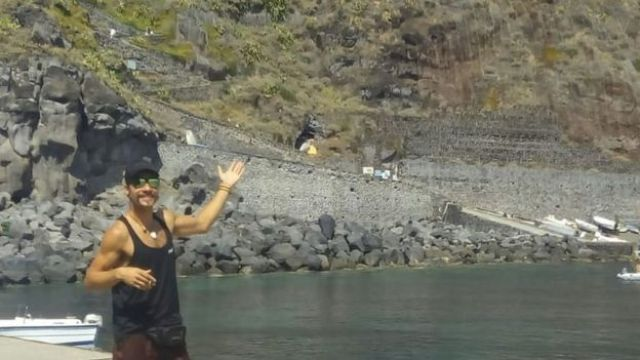 homem mostra paisagem