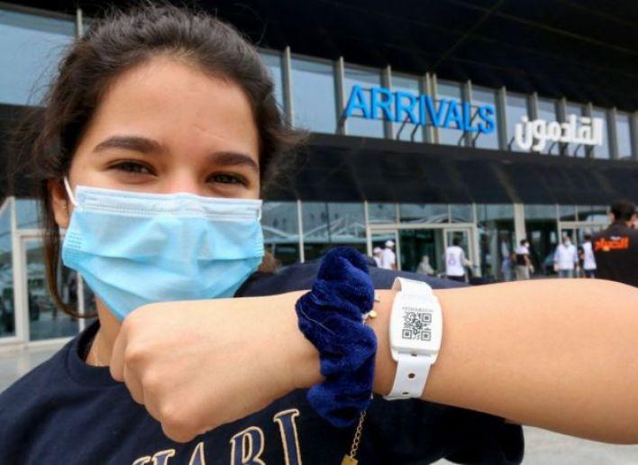 طفلة من العائدين إلى مطار الكويت