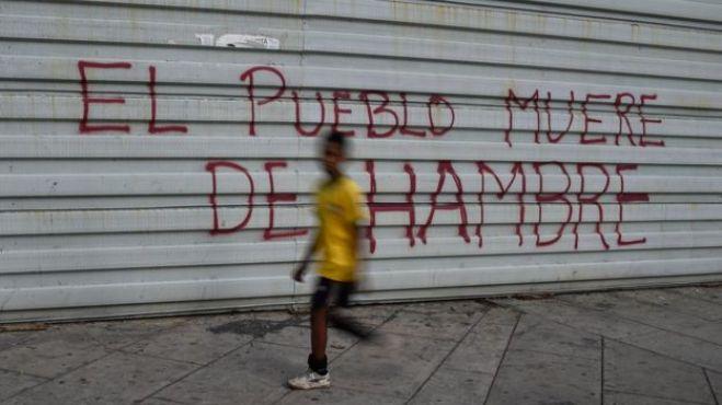 """Una pintada en Venezuela que dice: """"El pueblo muere de hambre""""."""