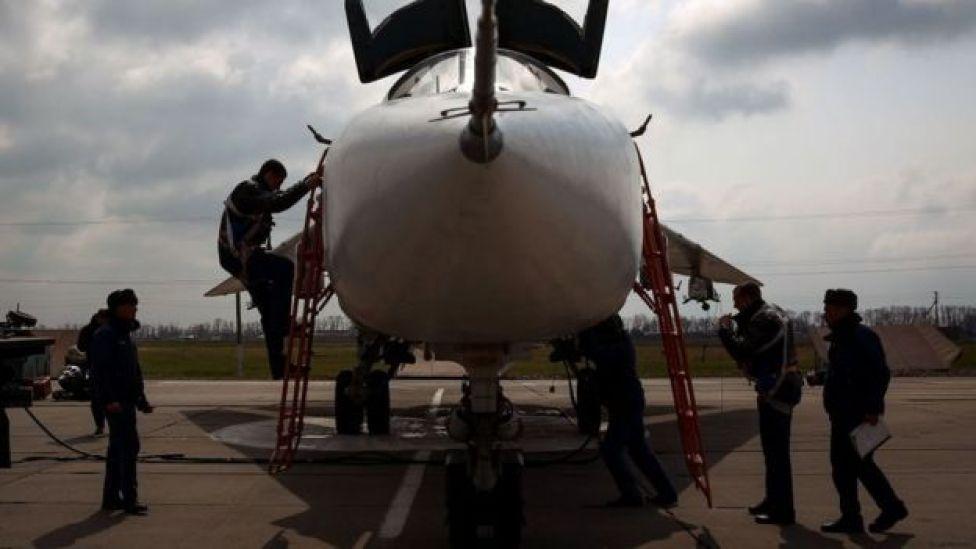 Hombres entrando a avión