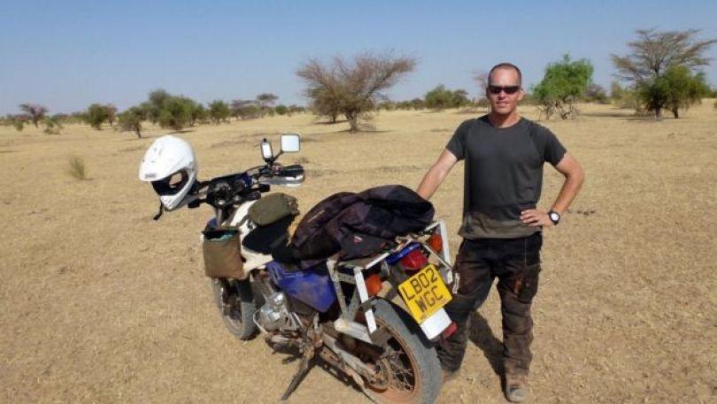 Stephen McGown e sua moto em deserto africano