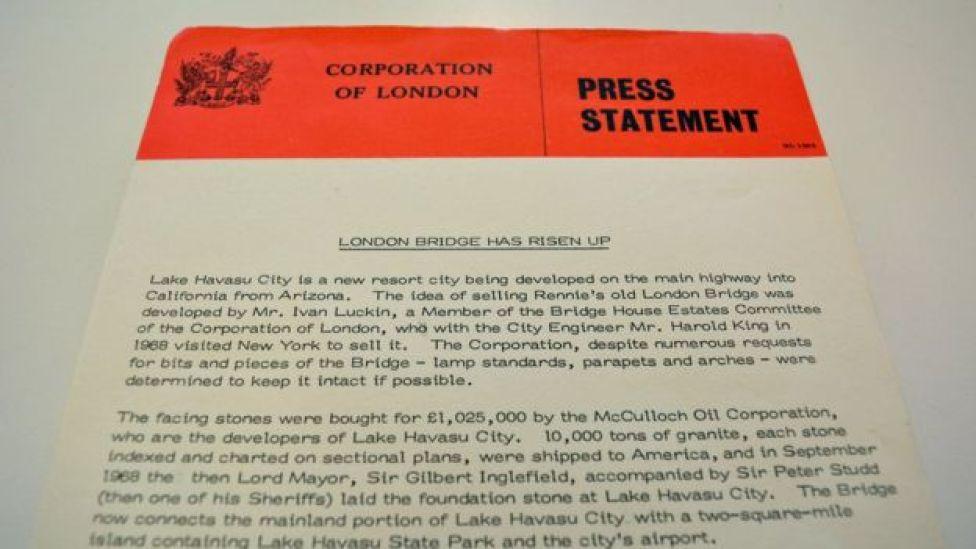 Nota de prensa anunciando la compra del puente de Londres.