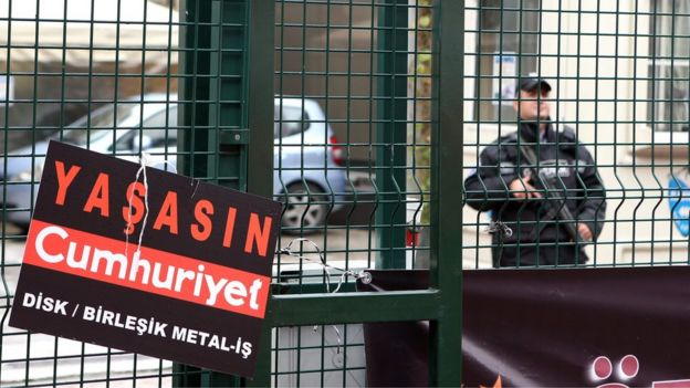 Policeman outside Cumhuriyet office in Istanbul (5 November)