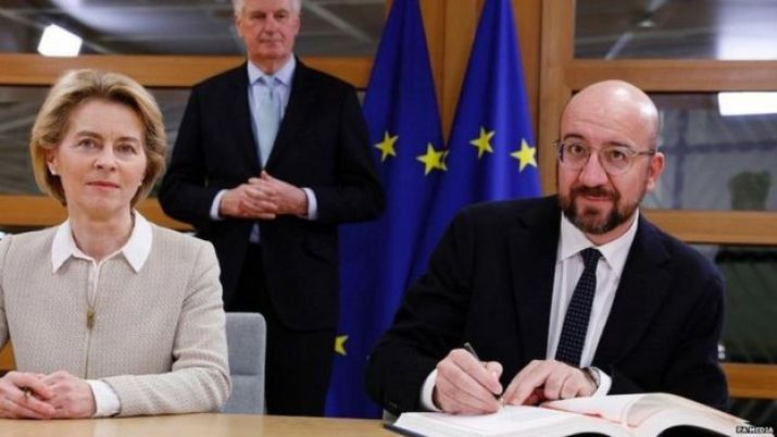 Charles Michel and Ursula von der Leyen sign the UK's withdrawal agreement, watched by chief negotiator Michel Barnier