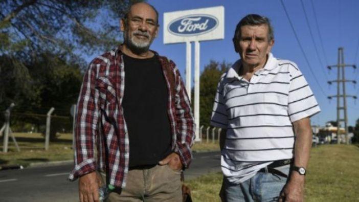 Carlos Propato y Pedro Troiani frente a la planta de Ford Argentina.