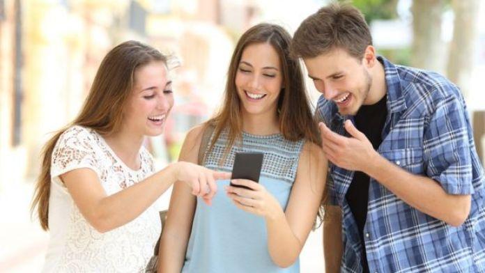 Chicos mirando celular