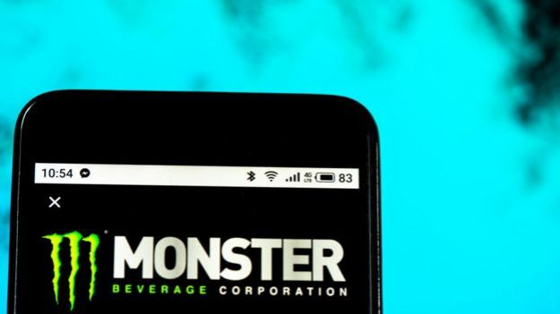 Celular con logo Monster.
