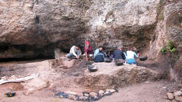 Excavaciones en el yacimiento de Balma Guilanyà